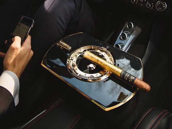 hộp bảo quản xì gà trên xe hơi